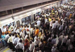 Metro cheio de passageiros