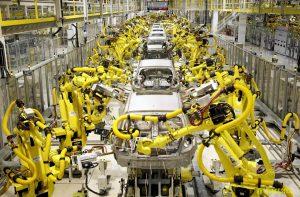 Robos industriais substituindo mão-de-obra na linha de produção
